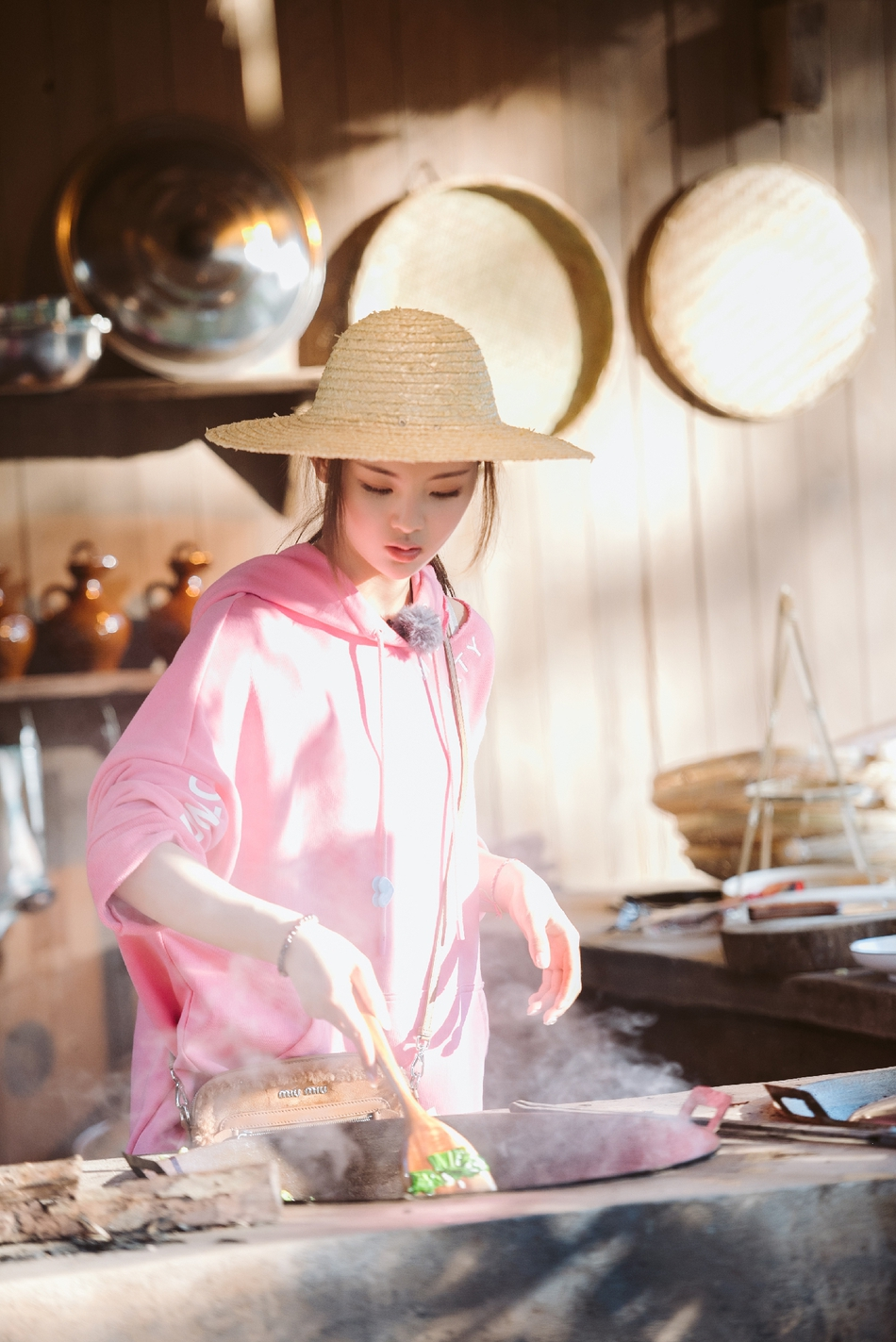 杨逾越重回农村如鱼得水 土灶台掌勺当主厨