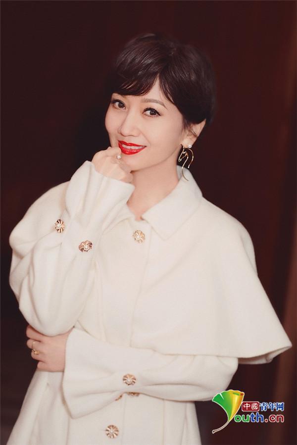 2019年3月8日讯,赵雅芝拍写真秀美腿仪态优雅,雪肤红唇举水杯托腮假寐
