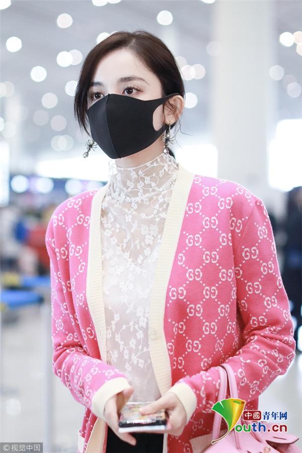 古力娜扎穿好气衫搭粉嫩蕾丝戴情趣难掩口罩板甲幻化外套图片