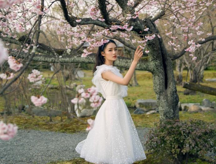 李沁身穿白色纱裙与花树合影 裙摆翩翩仙气十足