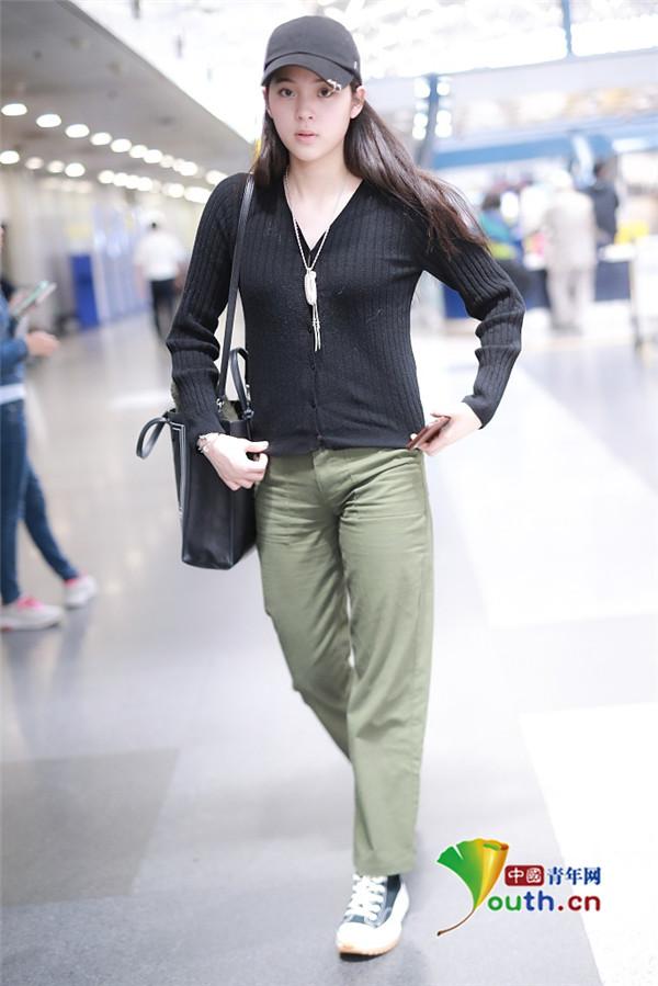 街拍图集:欧阳娜娜皮肤白皙水嫩 单肩包衣着休闲学生气十足