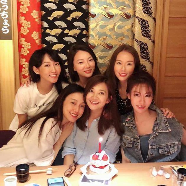 梁静茹与范玮琪等姐妹庆祝生日 蛋糕前开心甜笑