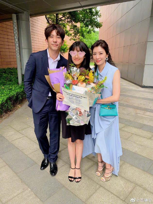 贾静雯出席女儿毕业典礼 罕见与前夫同框