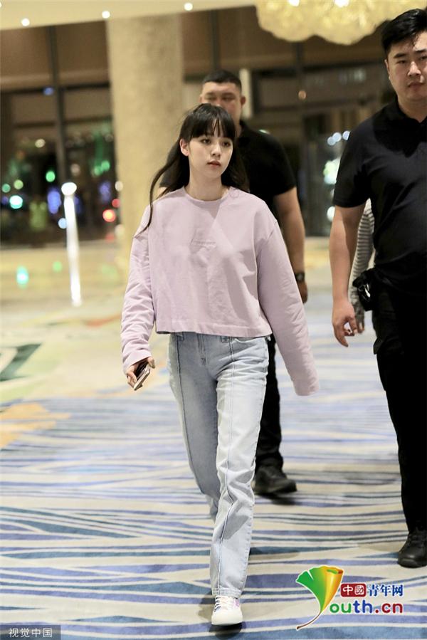 欧阳娜娜穿紫色卫衣显温婉 齐刘海造型萌力大增 601500