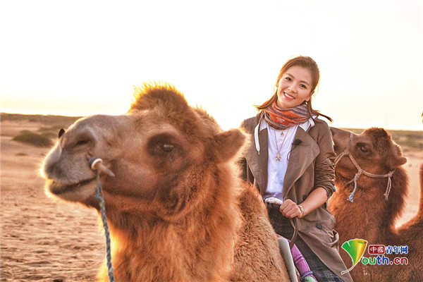 大漠美人!刘涛沙漠骑骆驼飒爽英姿 穿风衣搭长靴潇洒干练