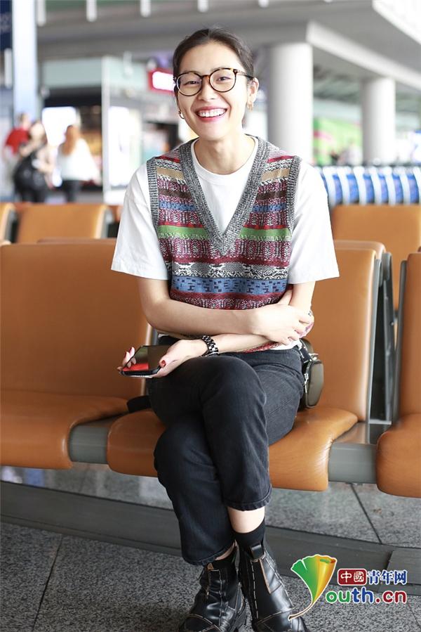 刘雯首次缺席时装周 机场实力秀长腿十分亲和