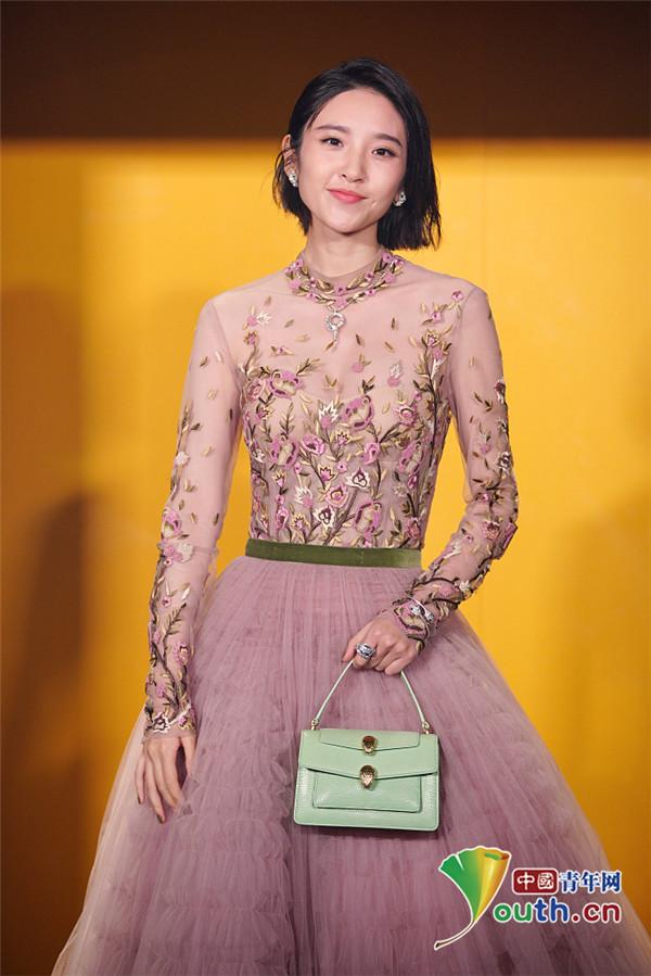唐艺昕身穿粉红花裙亮相 歪头甜笑十分俏皮可爱