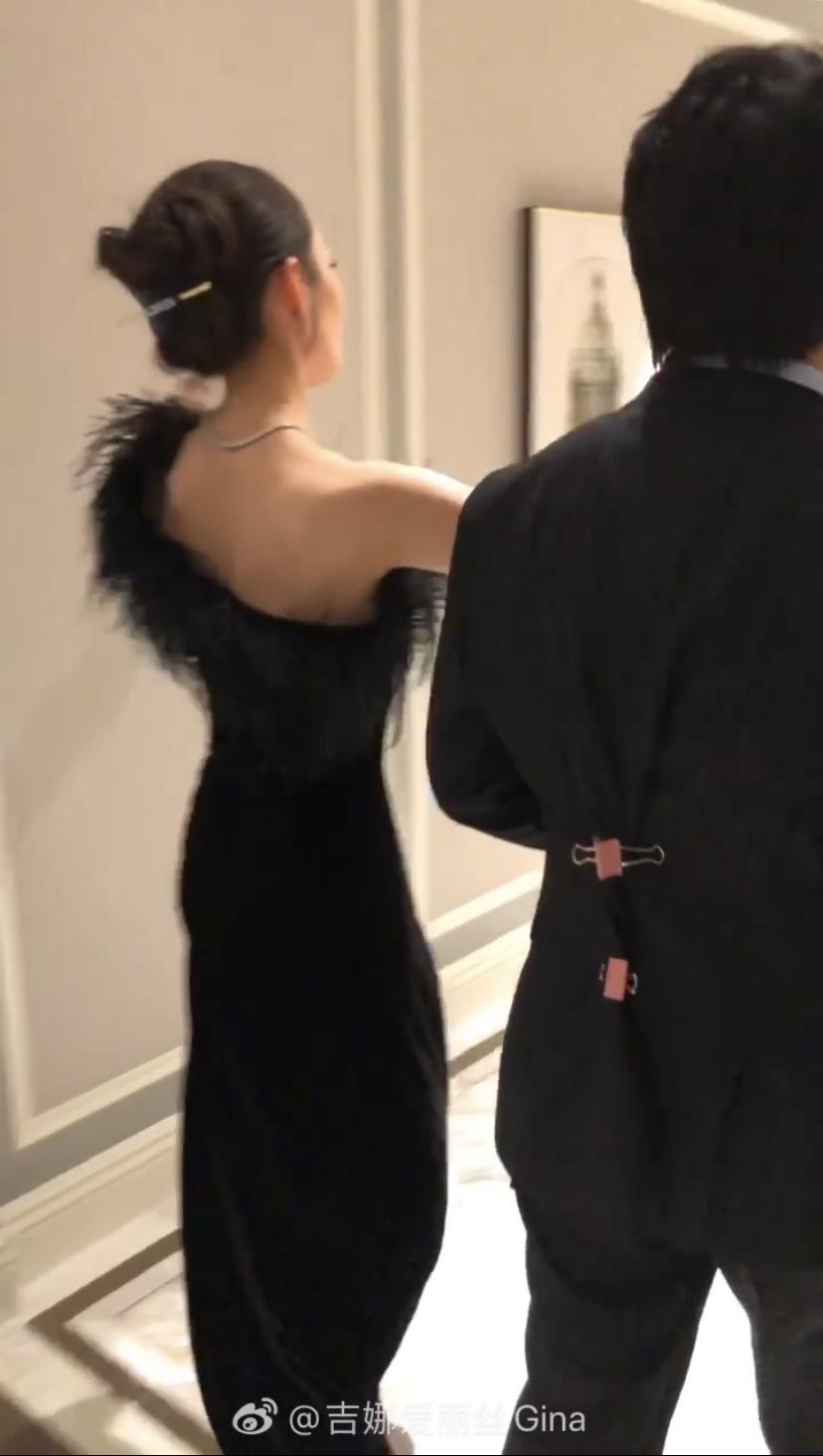 吉娜随音乐起舞婀娜多姿 开心挥动手臂显好身材