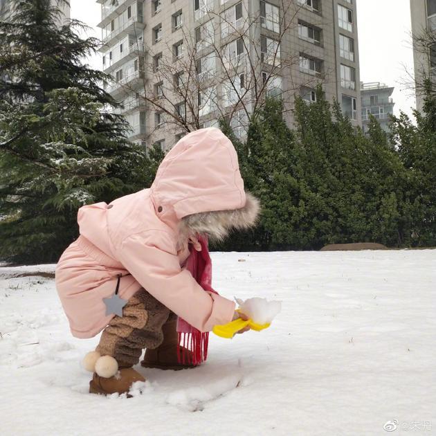 朱丹带小小丹堆雪人 笑称做北方的孩子也挺不错