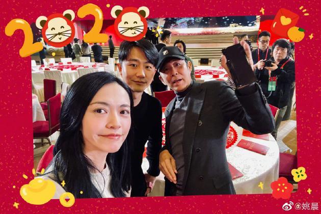 姚晨晒与陈道明黄轩合照 网友喊话:合作吧拍电影