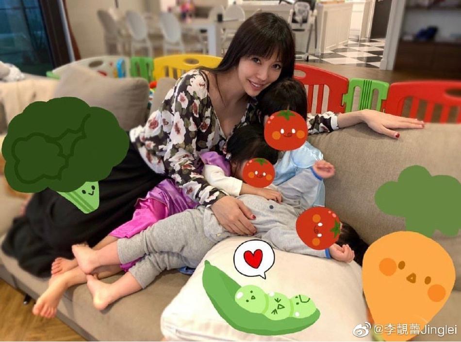 李靓蕾晒三个儿女近照 发长文倡导素食生活