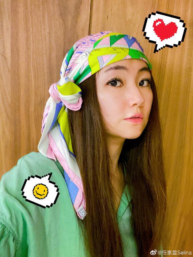 Selina早起自拍心情佳 戴多彩头巾搭娃娃衫超减龄