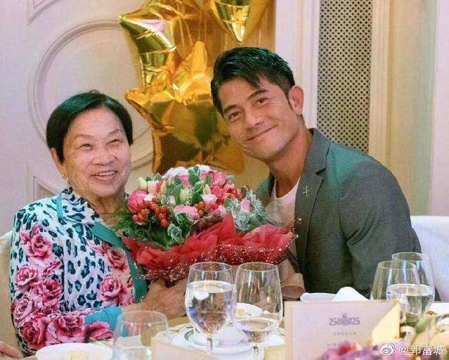 郭富城晒母子旧合影悼念:别了!我亲爱的母亲!
