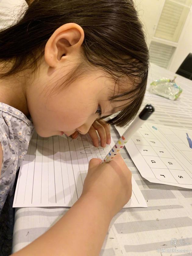 [配资平台]陈浩民女儿写作业超认真 字迹工整妥妥小学霸