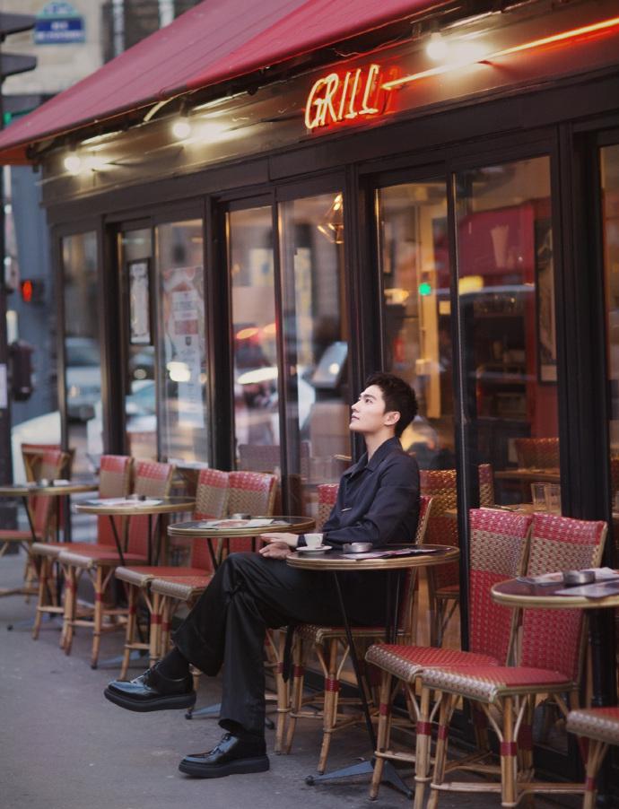 杨洋漫步街头显型格绅士 黑色夹克优雅内敛气场强