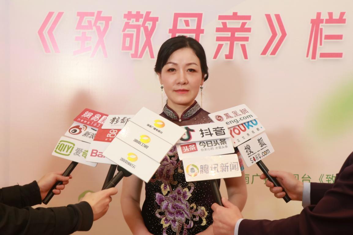 高敏女士接受媒体采访.jpg