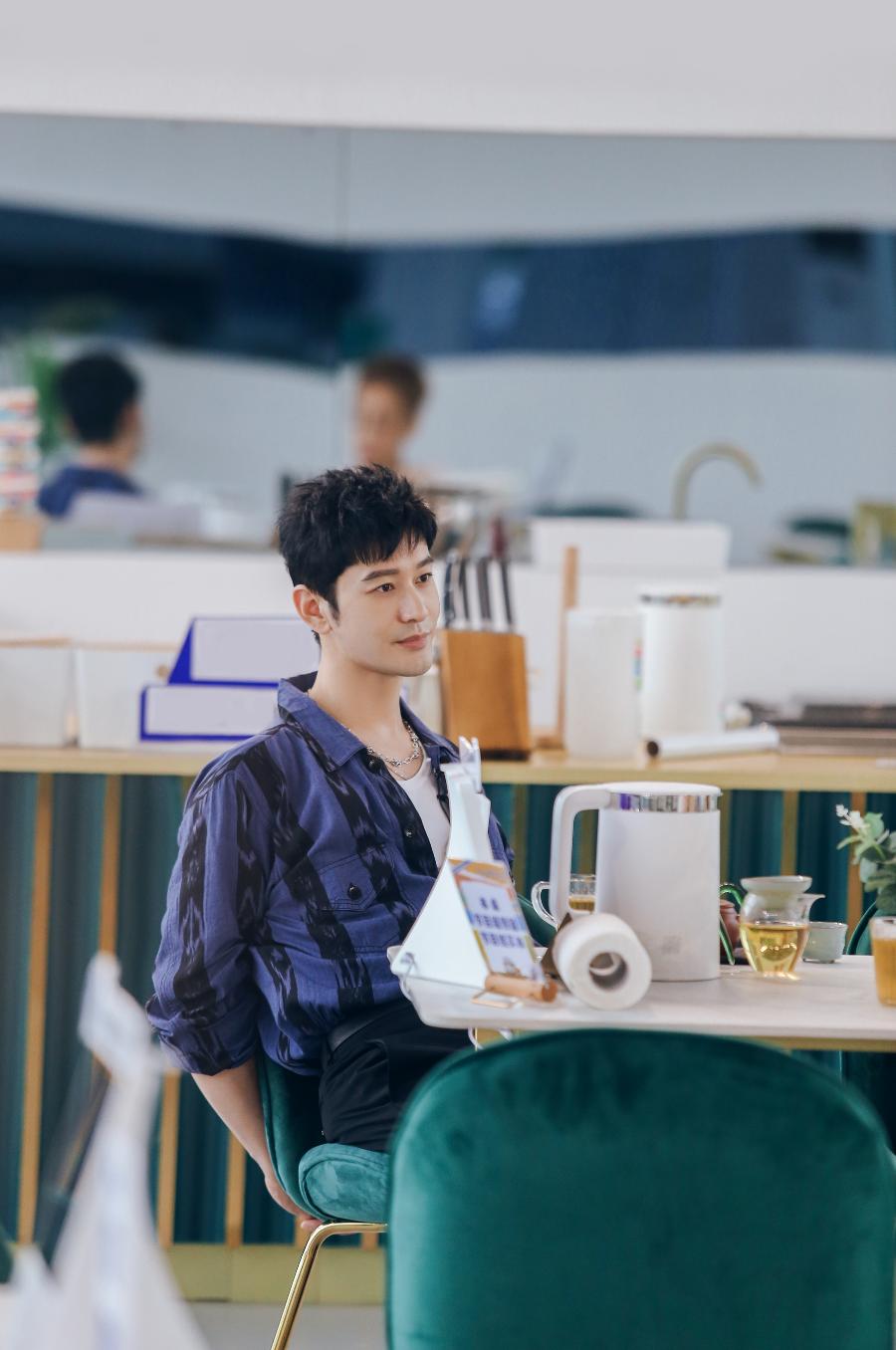 """《中餐厅5》喜迎开业 黄晓明丁真上演""""突然的拥抱"""""""