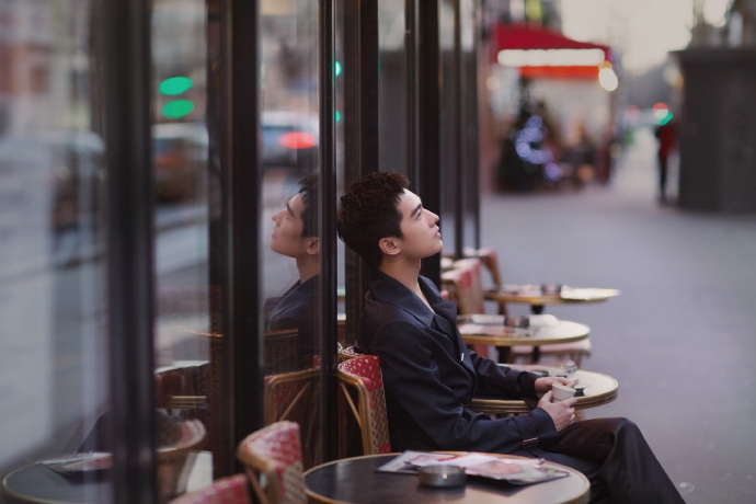 楊洋漫步街頭顯型格紳士 黑色夾克優雅內斂氣場強